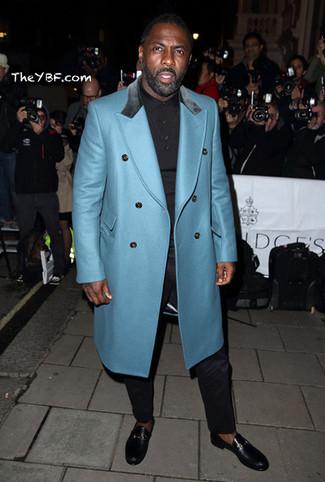 Tenue de Idris Elba: Pardessus turquoise, Polo noir, Pantalon de costume noir, Slippers en cuir noirs
