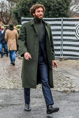 Comment porter des bottines chelsea en cuir noires: Marie un pardessus vert foncé avec un costume bleu marine pour dégager classe et sophistication. Si tu veux éviter un look trop formel, fais d'une paire de bottines chelsea en cuir noires ton choix de souliers.