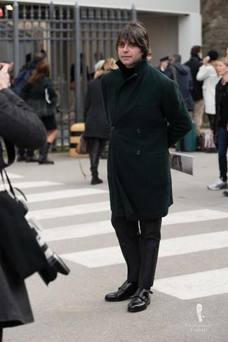 Comment porter: pardessus vert foncé, pull à col roulé noir, pantalon de costume noir, double monks en cuir noirs