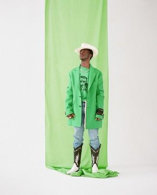 Comment porter: pardessus vert, sweat-shirt imprimé vert, jean bleu clair, bottes western en cuir noires et blanches