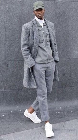 Comment porter: pardessus gris, veste à col et boutons grise, pull à col roulé blanc, pantalon de costume en laine gris