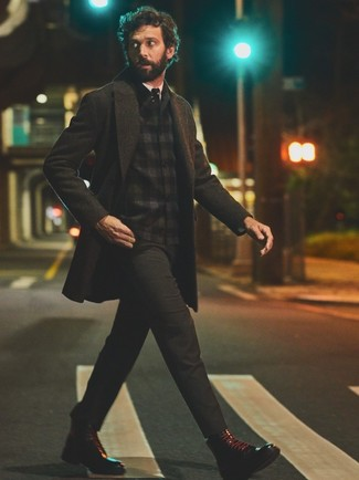 Comment porter des bottes de loisirs en cuir noires: Pense à harmoniser un pardessus gris foncé avec un pantalon chino gris foncé si tu recherches un look stylé et soigné. Cet ensemble est parfait avec une paire de des bottes de loisirs en cuir noires.