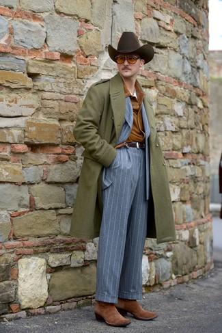 Comment porter: pardessus olive, veste-chemise en daim tabac, costume à rayures verticales gris, t-shirt à col rond blanc