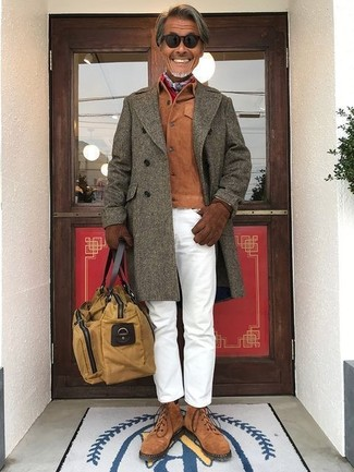 Comment porter: pardessus olive, veste-chemise en daim tabac, pantalon chino blanc, bottes de loisirs en daim marron