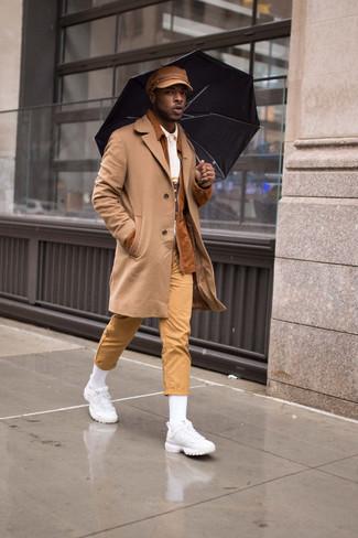 Comment porter un pardessus marron clair avec un pantalon chino beige: Pense à porter un pardessus marron clair et un pantalon chino beige pour créer un look chic et décontracté. Si tu veux éviter un look trop formel, choisis une paire de des chaussures de sport blanches.