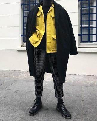 Comment porter: pardessus noir, veste-chemise jaune, pull à col rond noir, pantalon chino à carreaux noir et blanc