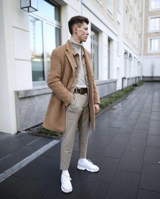 Comment porter: pardessus marron clair, veste-chemise marron clair, pull à col roulé gris, pantalon chino gris