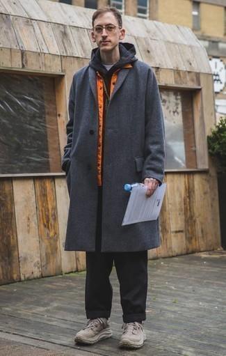 Comment porter un pardessus gris foncé: Essaie d'associer un pardessus gris foncé avec un pantalon chino noir pour aller au bureau. Tu veux y aller doucement avec les chaussures? Opte pour une paire de des chaussures de sport marron clair pour la journée.