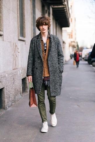 Comment porter: pardessus gris, veste-chemise marron, t-shirt à col rond gris, pantalon chino olive