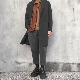 Comment porter: pardessus gris foncé, veste-chemise en flanelle tabac, t-shirt à col rond marron clair, pantalon de costume en laine gris foncé