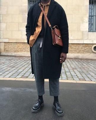 Comment porter: pardessus noir, veste-chemise marron clair, t-shirt à col rond noir, pantalon de costume en laine à carreaux gris foncé