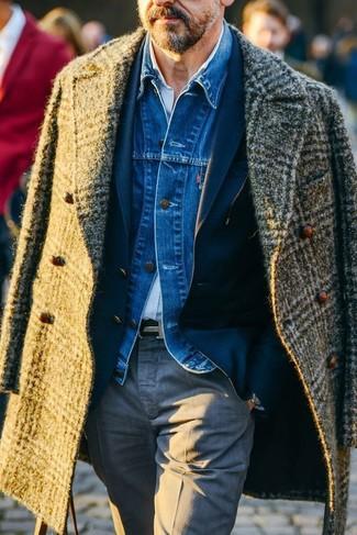 Comment porter: pardessus écossais olive, veste en jean bleue, blazer bleu marine, chemise à manches longues bleu clair