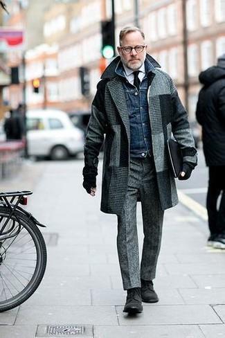 Comment porter: pardessus à carreaux gris, veste en jean bleu marine, chemise de ville blanche, pantalon de costume en laine gris