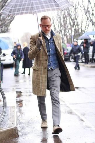 L'association d'un pardessus en vichy brun et d'un pantalon de costume en laine gris peut te démarquer de la foule. D'une humeur audacieuse? Complète ta tenue avec une paire de des bottines chukka en daim beiges.