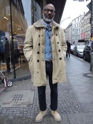 Comment porter: pardessus beige, veste en jean bleu clair, chemise de ville bleu clair, jean bleu marine