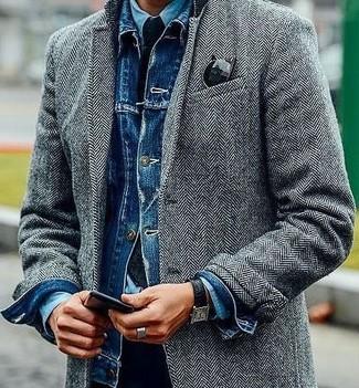 Comment porter: pardessus à chevrons gris, veste en jean bleue, chemise en jean bleu clair, pantalon chino noir