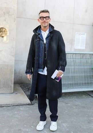 Comment porter: pardessus à carreaux gris foncé, veste en jean bleue, gilet noir, chemise de ville blanche