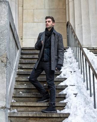 Comment porter: pardessus à chevrons gris foncé, veste en jean bleu marine, pantalon chino en laine gris foncé, bottes de travail en daim noires