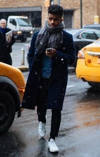 Comment porter des chaussettes noires: Essaie d'associer un pardessus bleu marine avec des chaussettes noires pour une tenue idéale le week-end. Une paire de des baskets basses en cuir blanches est une option avisé pour complèter cette tenue.