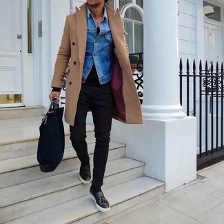 Comment porter: pardessus marron clair, veste en jean bleue, pull à col en v noir, jean skinny noir