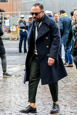 Comment porter: pardessus noir, veste en jean bleu marine, pull à col rond beige, pantalon de costume olive