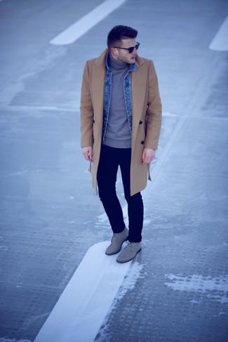 Comment porter: pardessus marron clair, veste en jean bleue, pull à col roulé gris, jean bleu marine