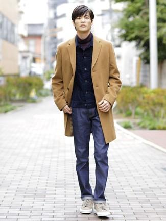Comment porter: pardessus marron clair, veste en jean en velours côtelé bleu marine, pull à col roulé pourpre foncé, jean bleu marine