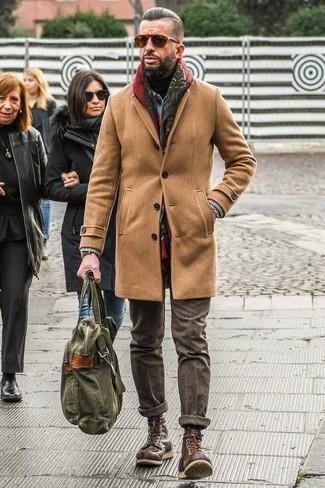 Comment porter: pardessus marron clair, veste en jean bleu clair, pull à col roulé noir, pantalon de costume en laine marron