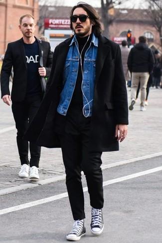 Comment porter: pardessus noir, veste en jean bleue, pull à col roulé noir, pantalon chino noir