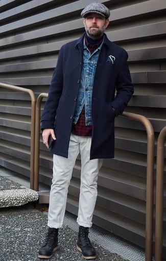Comment porter une casquette plate à chevrons grise: Pense à harmoniser un pardessus bleu marine avec une casquette plate à chevrons grise pour une tenue idéale le week-end. Jouez la carte classique pour les chaussures et termine ce look avec une paire de des bottes de loisirs en cuir noires.