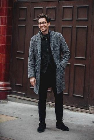 Comment porter: pardessus écossais gris foncé, veste en jean noire, t-shirt à col rond noir, jean skinny noir