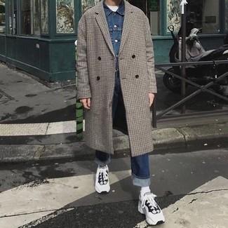 Comment porter: pardessus à carreaux gris, veste en jean bleue, t-shirt à col rond blanc, jean bleu marine