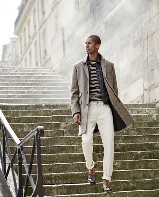 Tendances mode hommes: Opte pour un pardessus gris avec un jean blanc pour un look idéal au travail. Transforme-toi en bête de mode et fais d'une paire de des mocassins à pampilles en cuir marron ton choix de souliers.