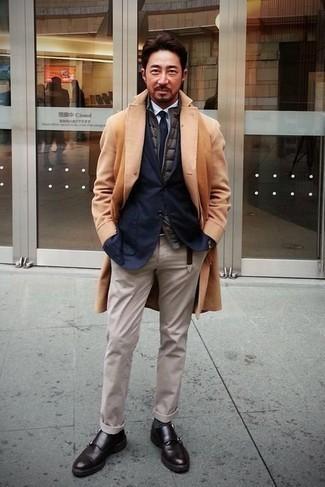 Comment porter des chaussettes gris foncé: Opte pour un pardessus marron clair avec des chaussettes gris foncé pour une tenue idéale le week-end. D'une humeur audacieuse? Complète ta tenue avec une paire de double monks en cuir marron foncé.