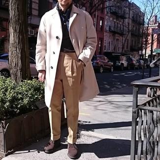 Comment porter une veste sans manches bleu marine: Marie une veste sans manches bleu marine avec un pantalon de costume marron clair pour une silhouette classique et raffinée. D'une humeur audacieuse? Complète ta tenue avec une paire de des bottines chukka en daim marron foncé.