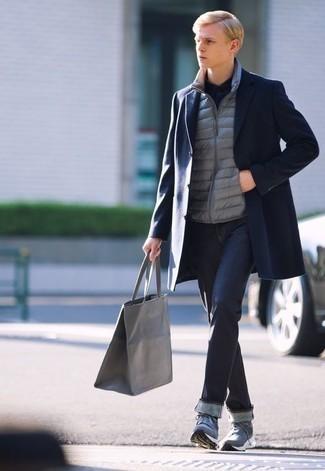Tendances mode hommes: Marie un pardessus bleu marine avec un jean bleu marine pour un look idéal au travail. Une paire de des chaussures de sport bleues apporte une touche de décontraction à l'ensemble.