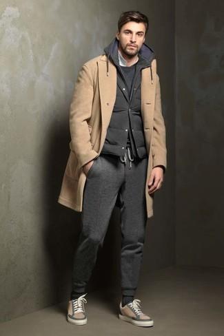 Les journées chargées nécessitent une tenue simple mais stylée, comme un pull à col rond gris foncé hommes Anvil et un pantalon de jogging gris foncé. Assortis ce look avec une paire de des baskets basses en cuir beiges.