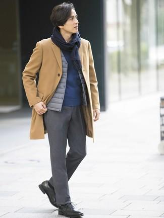 Comment porter: pardessus marron clair, veste sans manches grise, pull à col rond bleu marine, chemise à manches longues blanche