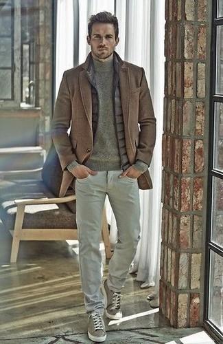Comment porter: pardessus marron, veste sans manches matelassée grise, pull à col roulé olive, pantalon chino gris