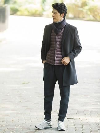 Comment porter: pardessus noir, veste sans manches bordeaux, pull à col roulé gris, pantalon de jogging noir