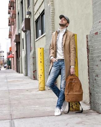 Comment porter: pardessus marron clair, veste sans manches grise, pull à col roulé blanc, jean déchiré bleu