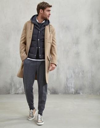 Comment porter: pardessus marron clair, veste sans manches matelassée noire, sweat à capuche noir, polo blanc