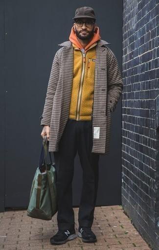 Comment porter un pardessus en pied-de-poule marron: Associe un pardessus en pied-de-poule marron avec un pantalon chino noir pour prendre un verre après le travail. Si tu veux éviter un look trop formel, assortis cette tenue avec une paire de des chaussures de sport noires.