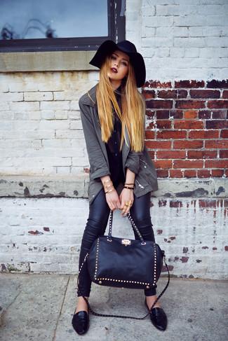 Comment porter: parka à queue de poisson gris foncé, chemisier boutonné en chiffon noir, jean skinny en cuir noir, slippers en cuir noirs