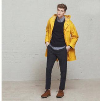 Comment porter: parka à queue de poisson jaune, pull à col rond gris foncé, chemise à manches longues grise, pantalon de costume gris foncé