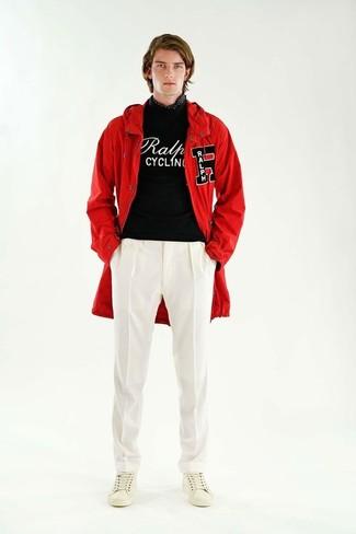 Comment porter: parka à queue de poisson rouge, pull à col rond imprimé noir et blanc, pantalon de costume blanc, baskets basses en cuir blanches