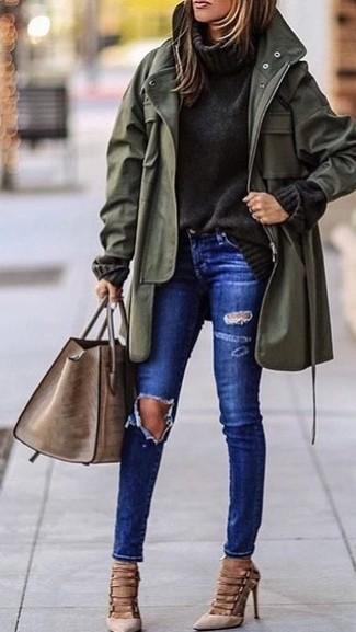 Comment porter: parka à queue de poisson olive, pull à col roulé en tricot gris foncé, jean skinny déchiré bleu, escarpins en daim beiges