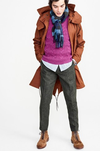 Comment porter: parka à queue de poisson tabac, pull torsadé pourpre, chemise à manches longues à rayures verticales bleu clair, pantalon de costume en laine gris foncé