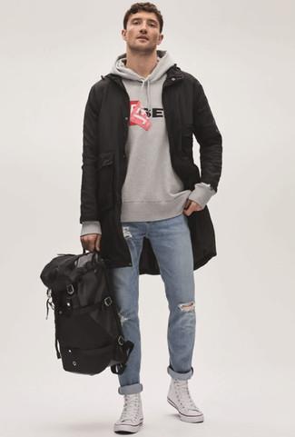 Comment porter: parka à queue de poisson noire, sweat à capuche imprimé gris, jean déchiré bleu clair, baskets montantes en toile blanches