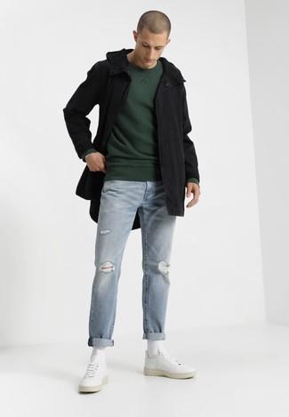 Comment porter: parka à queue de poisson noire, sweat-shirt vert foncé, jean déchiré bleu clair, baskets basses en cuir blanches
